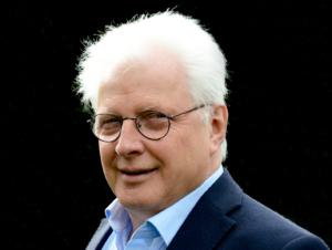 Porträtfoto Peter Daschner, im Anzug und mit Brille