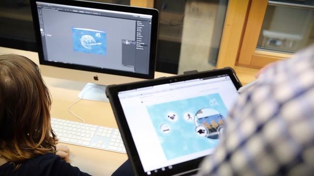 Digitales Spielzimmer: Situation in Digitalem Spielzimmer, man sieht zwei Bildschirme