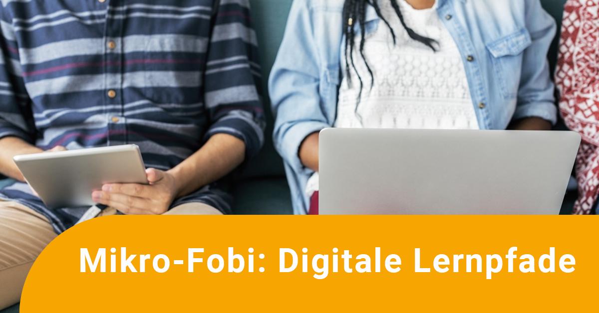 Kinder arbeiten an einem Tablet und einem Laptop, darüber der Text: Mikro-Fobi: Digitale Lernpfade