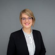 Porträt von Vivien Valentiner, blonde Frau in Bluse und Blazer