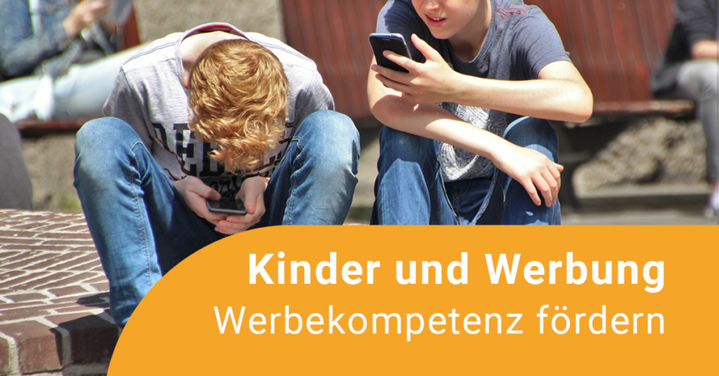 Zwei Jungen schauen auf ihre Smartphones