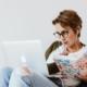 Frau absolviert Online-Fortbildung