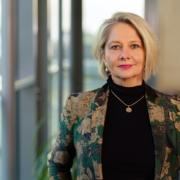 Abbildung von Prof. Pellert, Frau mit blonden Haaren blickt in die Kamera