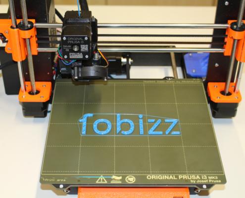 Das fobizz-Logo wird von einem 3D-Drucker gedruckt.