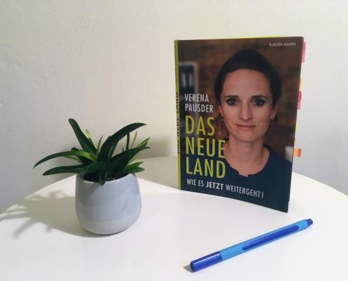 """Buch """"Das Neue Land"""" von Verena Pausder steht auf Tisch"""
