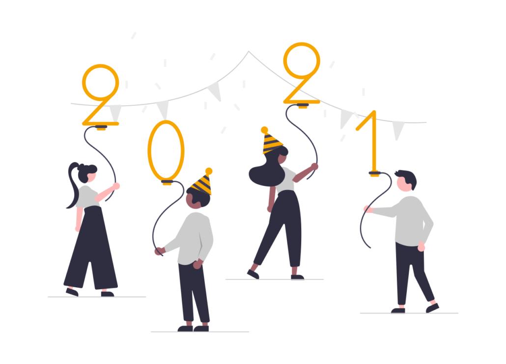 Vier Menschen halten einen Luftballon in der Hand und feiern das neue Jahr 2021.