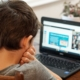 Schüler vor dem Laptop während digitalem Unterricht