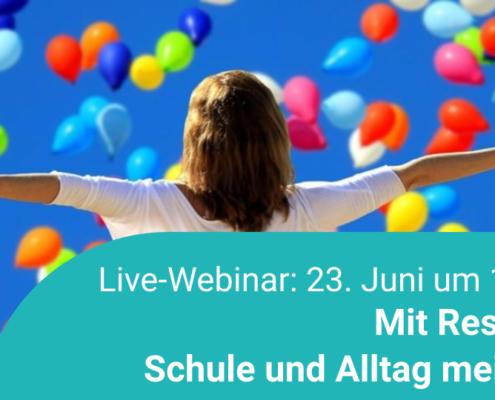 Frau vor vielen bunten Luftballons – Ankündigung eines Webinars zum Thema Resilienz
