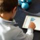 Kind programmiert auf iPad