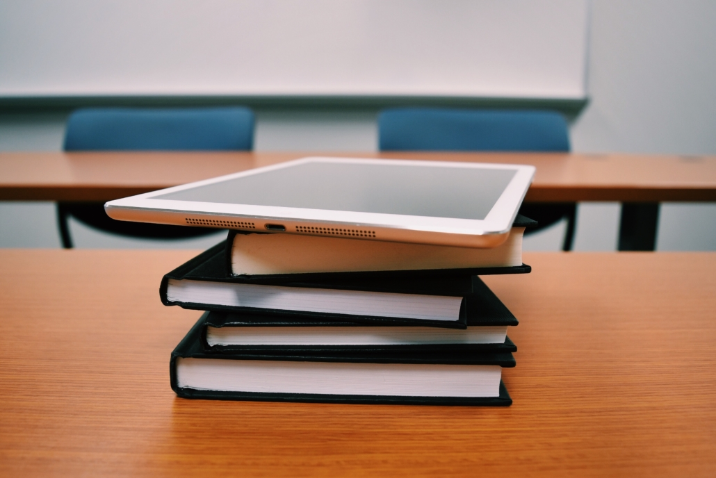 iPad liegt auf Buchstapel